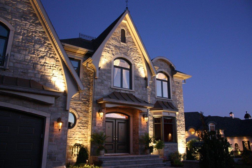 un b timent neuf gr ce l 39 clairage architectural. Black Bedroom Furniture Sets. Home Design Ideas